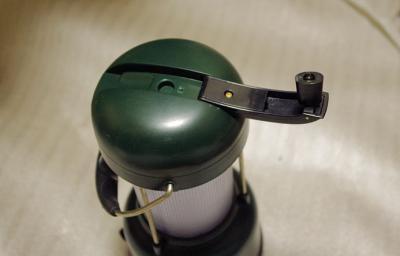 つまみを回すと手動で充電できる